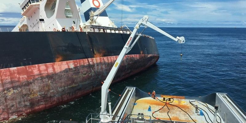 Navio ALP Defender iniciando a retirada de óleo do navio Stellar Banner, após ter sofrido varação na costa do Maranhão